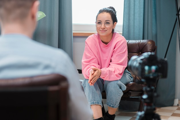 Smiley blogerka przeprowadzająca wywiad z mężczyzną w sprawie jej vloga