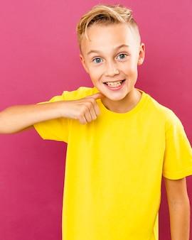 Smiley boy wskazując na siebie