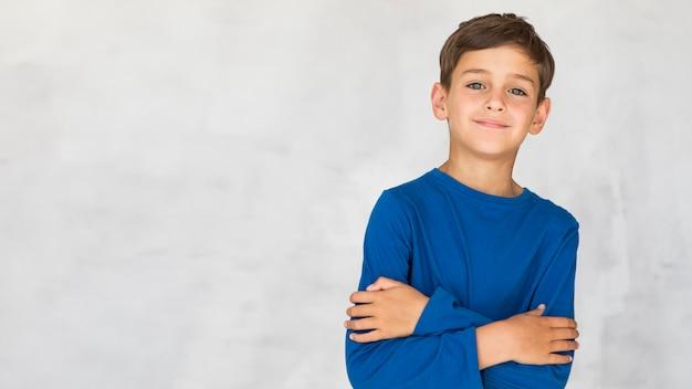 Smiley chłopiec jest czarujący z kopii przestrzenią
