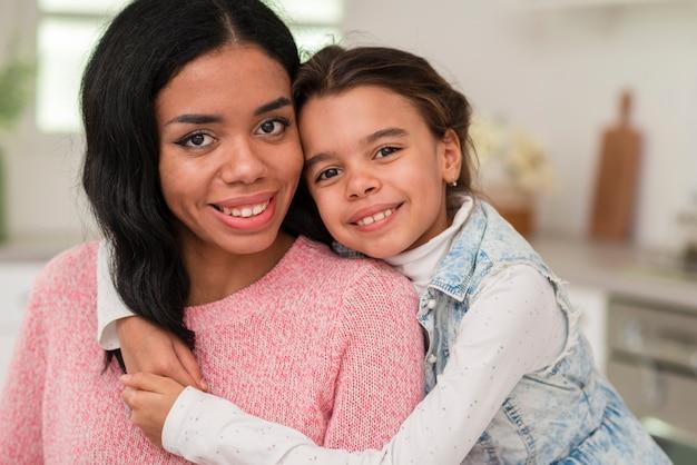 Smiley córka i matka patrzeje kamerę