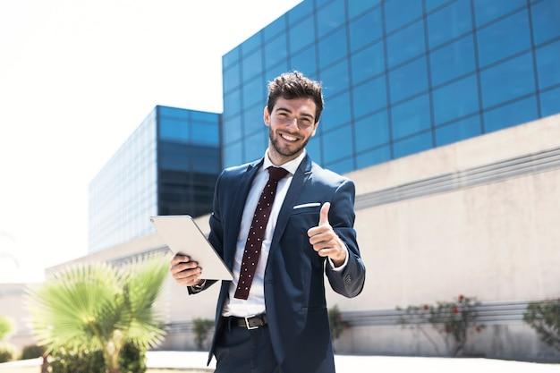 Smiley człowiek z tabletem wyświetlono zatwierdzenia