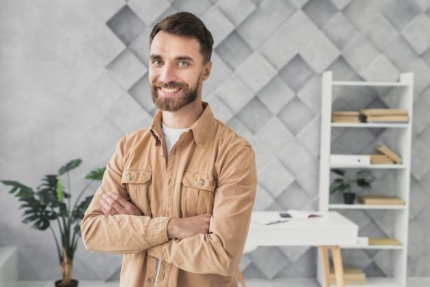 Smiley człowieka stojącego w środku biurowego strzału
