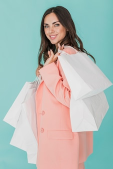 Smiley dama w różowej kurtce patrzeje kamerę