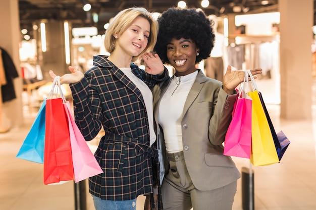 Smiley dorosłe kobiety pozuje przy centrum handlowym