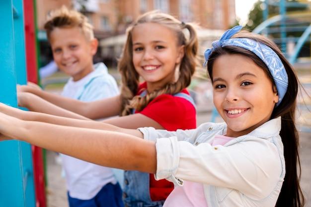 Smiley dzieci bawiące się na placu zabaw