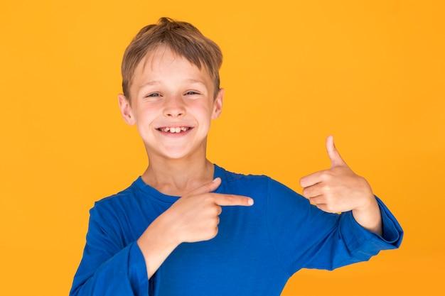 Smiley dzieciak pokazuje podobnego znaka