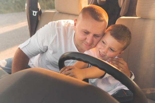Smiley dzieciak trzyma kierownicę