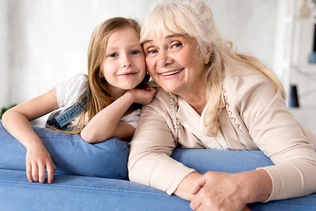 Smiley dziewczyna i babcia