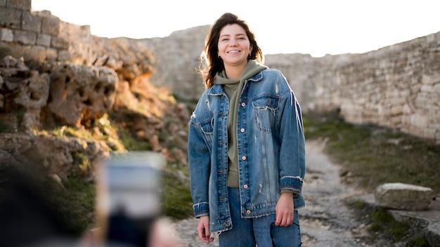 Smiley dziewczyna i wzgórza krajobraz
