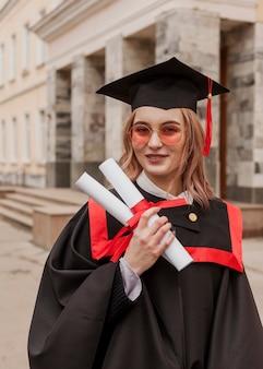 Smiley dziewczyna na ukończeniu szkoły