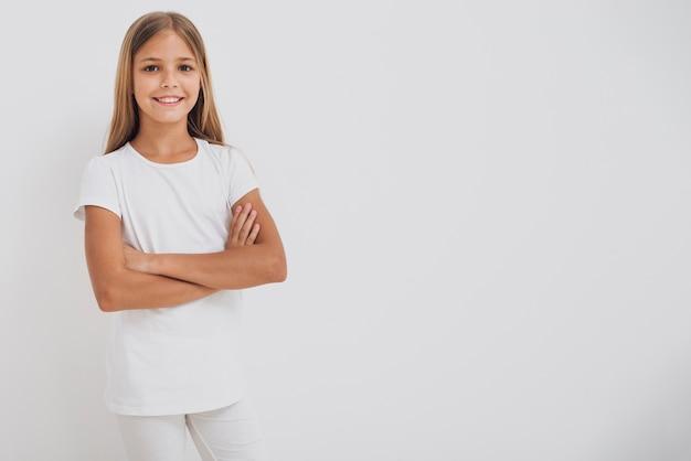Smiley dziewczyna patrzeje kamerę z kopii przestrzenią