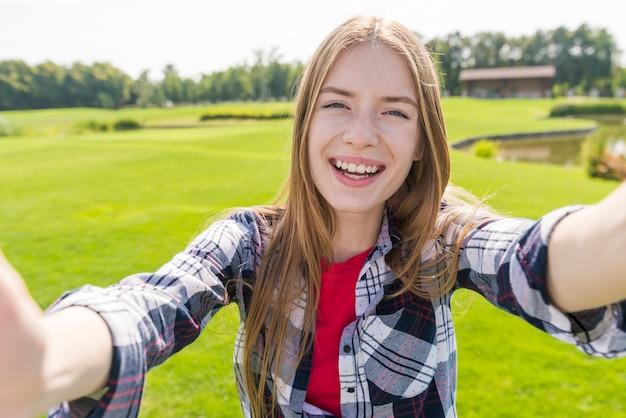 Smiley dziewczyna trzyma aparat