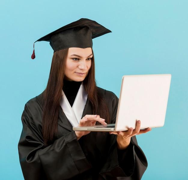 Smiley dziewczyna używa laptop