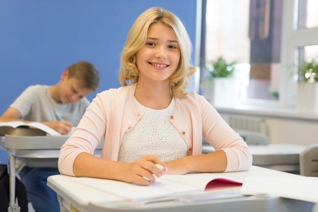 Smiley dziewczyna w szkole