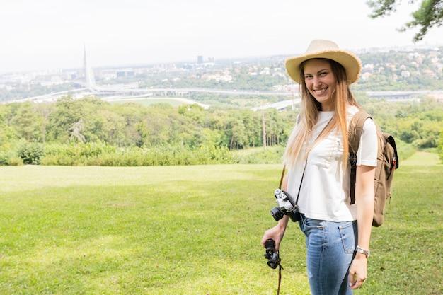 Smiley dziewczyna z aparatem dslr