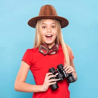 Smiley dziewczyna z lornetką
