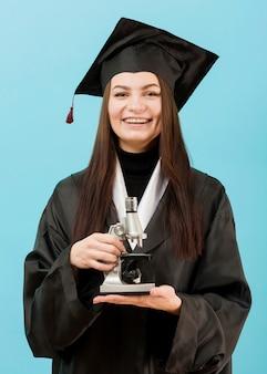 Smiley dziewczyna z mikroskopem
