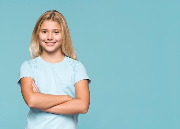 Smiley dziewczyna z rękami skrzyżowanymi i miejsce
