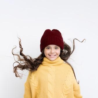 Smiley dziewczynka nosi ubrania zimowe