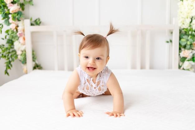Smiley dziewczynka siedzi na łóżku