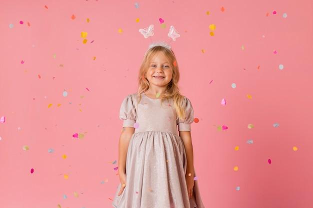 Smiley dziewczynka w stroju z konfetti