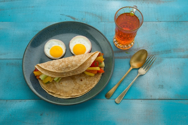 Smiley face food item chapati zdrowe jedzenie z mąki pszennej i faszerowane warzywami