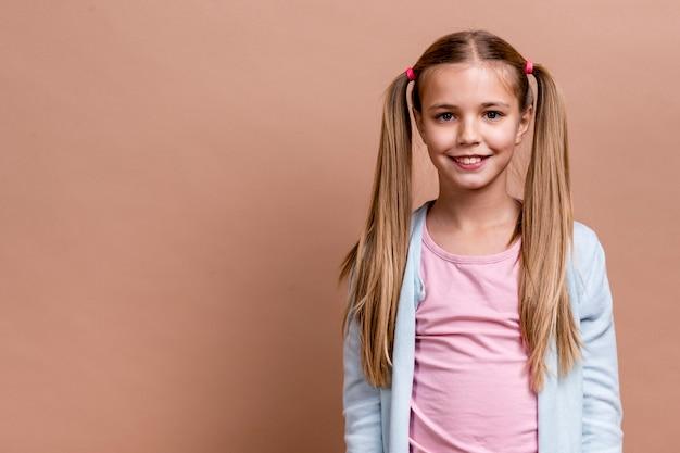 Smiley girl z poli ogony i kopiować miejsca