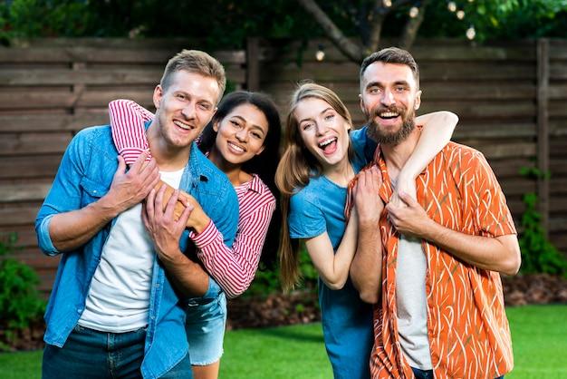 Smiley grupa przyjaciół, patrząc na kamery