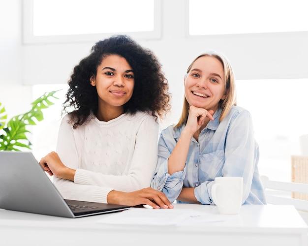 Smiley kobiet patrząc na kamery
