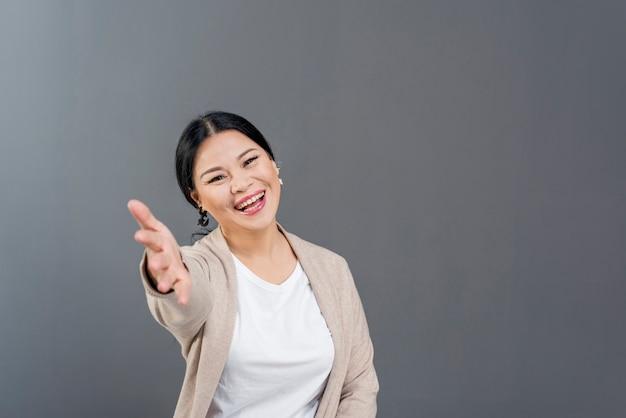 Smiley kobiet z miejsca kopiowania