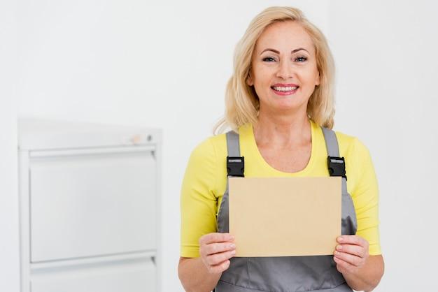 Smiley kobieta dostarcza kopertę