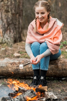 Smiley kobieta gotowanie zefir