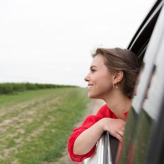 Smiley kobieta jeździć samochodem