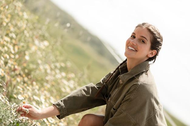 Smiley kobieta na zewnątrz średni strzał