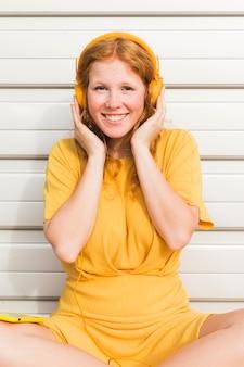 Smiley kobieta nosi słuchawki