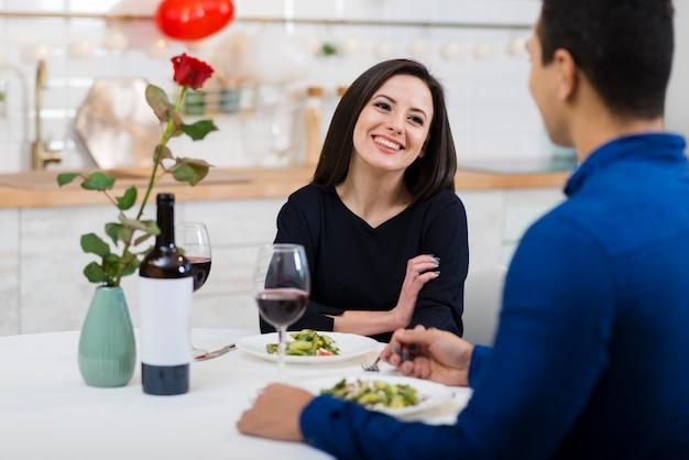 Smiley kobieta patrzeje jej chłopaka