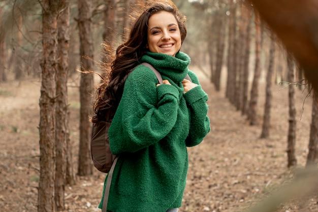 Smiley kobieta podróżuje z plecakiem
