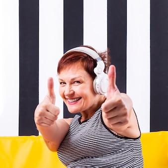 Smiley kobieta pokazuje ok śpiewa