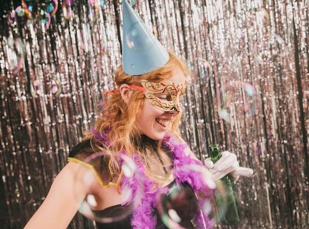 Smiley kobieta tańczy na imprezie karnawałowej