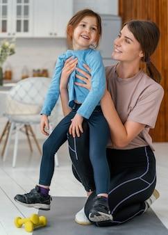 Smiley kobieta trzyma dziecko