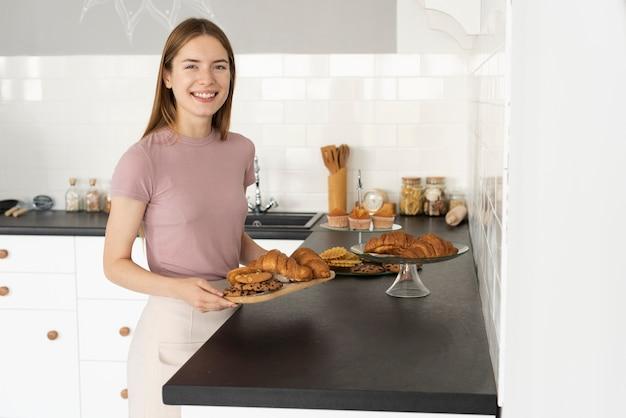 Smiley kobieta trzyma niektóre ciasta