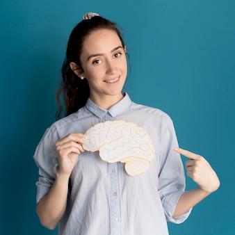 Smiley kobieta trzyma papierowego mózg