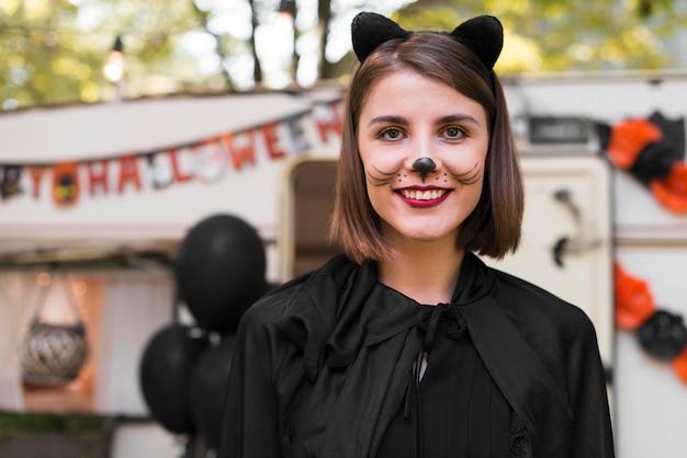 Smiley kobieta ubrana jak kot