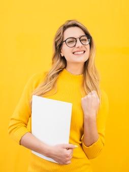 Smiley kobieta w okularach