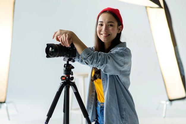 Smiley kobieta z kamerą