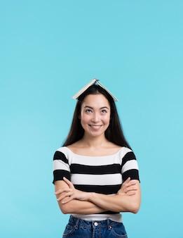 Smiley kobieta z książką na głowie