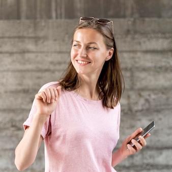Smiley kobieta z mobilnym tańcem