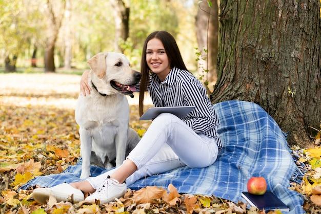 Smiley kobieta z ślicznym labradorem