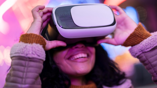 Smiley kobieta za pomocą gogli wirtualnej rzeczywistości