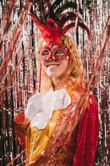 Smiley kostiumowa kobieta na imprezie karnawałowej